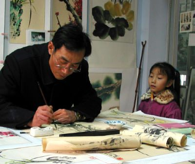 Artist Yang Dewen and his granddaughter in Chengdu